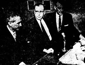 Oklahoma County avvocato William Berry (a sinistra), Otis T. Carr (al centro), e Hubert Gibson, avvocato di Carr (a destra)