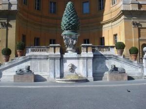 La Pigna romana, nell'omonimo cortile del Vaticano