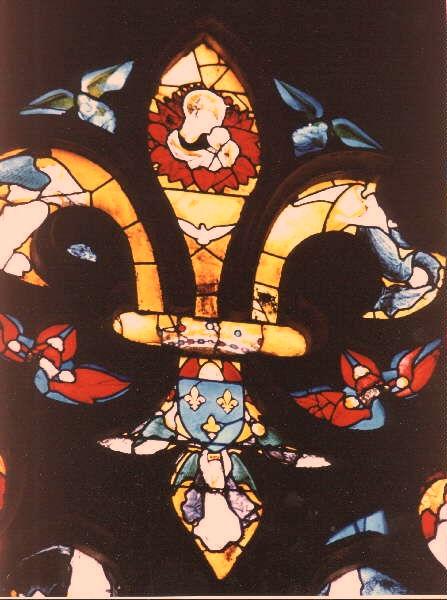Vetrata con la forma di Fleur de Lys, nellaCattedrale di Bourges, 15° secolo.